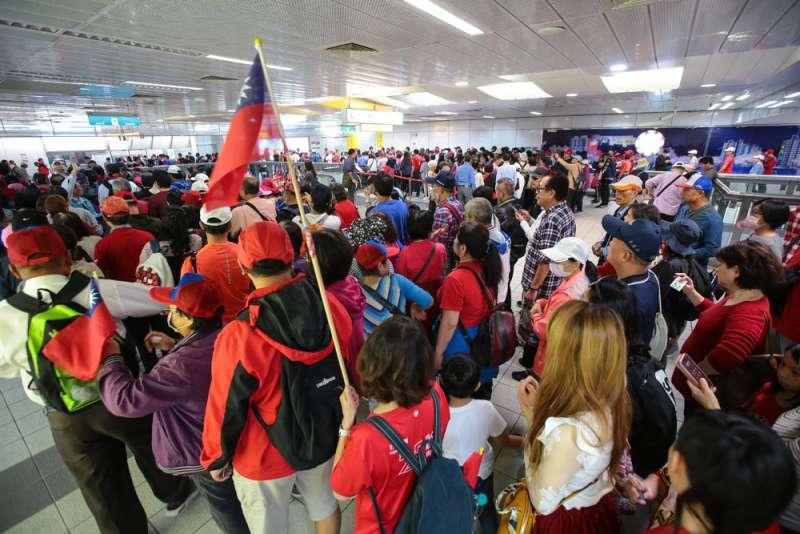 挺韓群眾在高捷凹子底站出發集結。(顏麟宇攝)