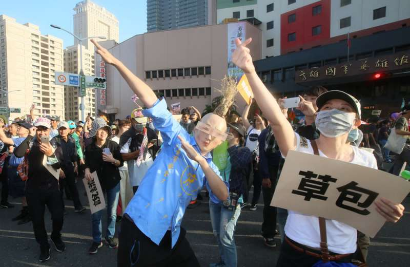 罷韓遊行中有不少創意宣傳品,並上演行動劇。(柯承惠攝)