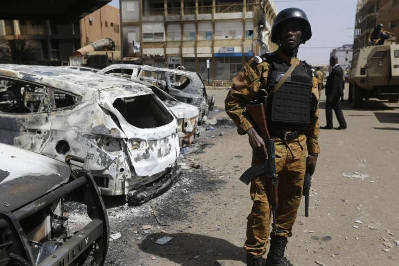 2019年12月24日,布吉納法索發生恐攻。此為2018年布吉納法索首都瓦加杜古遭恐攻資料照。(AP)