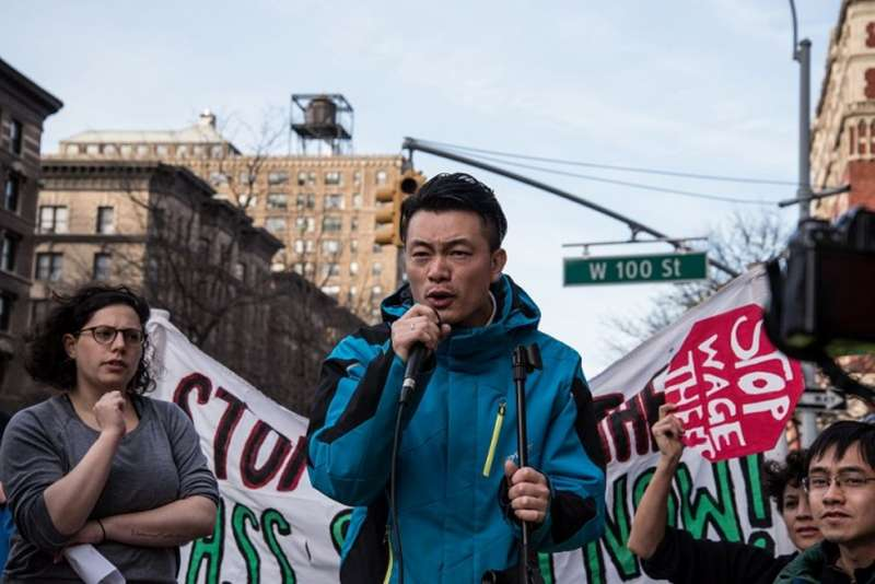 中餐館員工、社會運動家曹錦明在勞工權益集會中發言。(圖/BBC News。攝影:Katie Salisbury朱潔琳)
