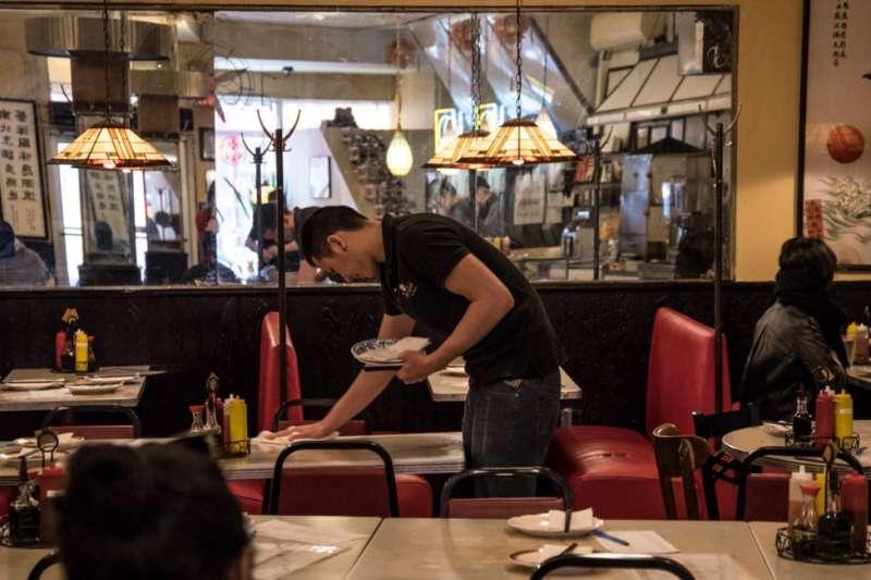 在南華茶室,經常會看到鄧煒繁忙的身影。(圖/BBC News。攝影:Katie Salisbury朱潔琳)