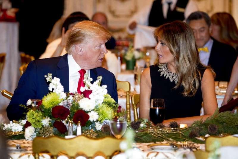 2019年平安夜,美國總統川普與妻子、美國第一夫人梅蘭妮亞。(AP)