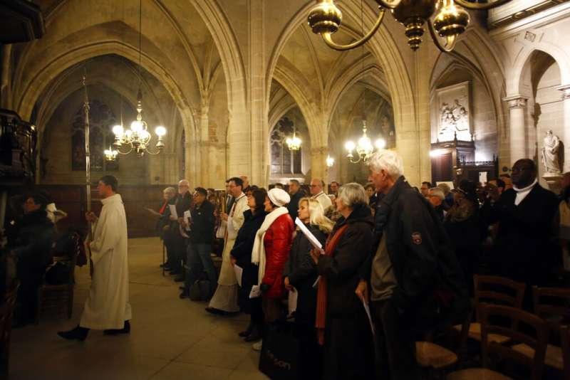 巴黎聖母院附屬的牧師、合唱團與信徒24日改至附近的聖日耳曼奧塞爾教堂(Saint-Germain l'Auxerrois)舉行聖誕彌撒。(AP)