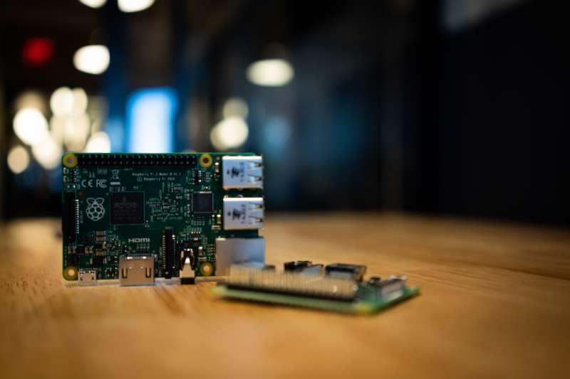 樹莓派(Raspberry Pi)單機開發板,學習編寫程式與開發的樂趣。(Jeff Loucks@Unsplash)