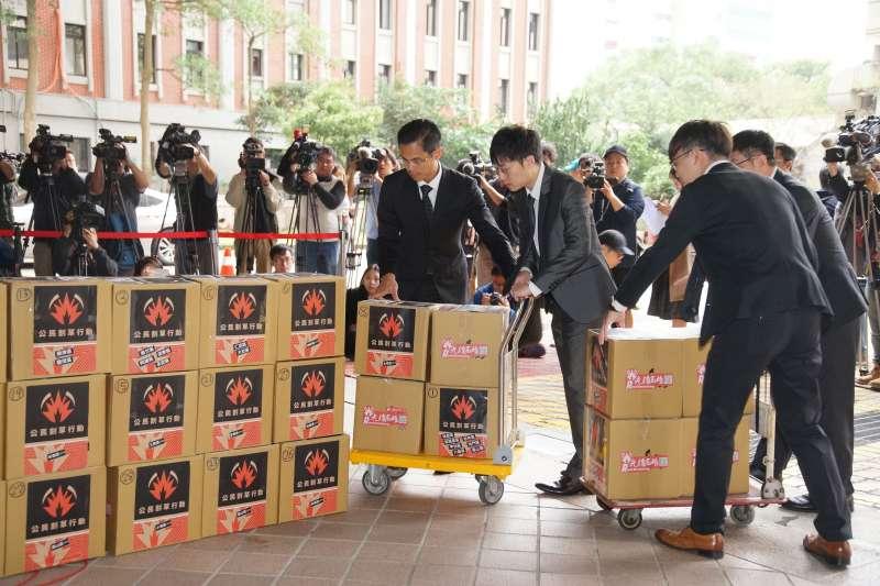 20191226-罷韓四君子26日至中選會提出高雄市長韓國瑜罷免案,與會者將連署書一一送入中選會。(盧逸峰攝)