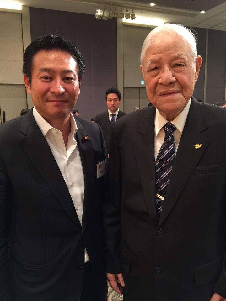 捲入收賄風暴的內閣府副大臣、自民黨眾議員秋元司與我國前總統李登輝。(翻攝個人臉書)