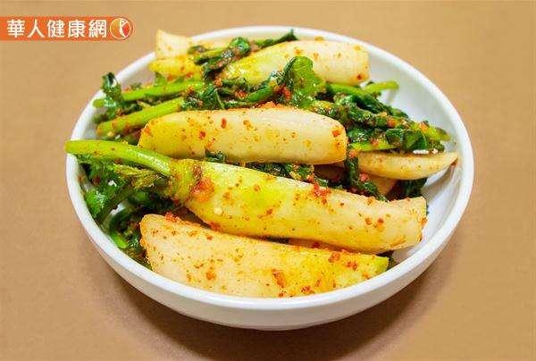 將白蘿蔔連皮帶葉洗淨切小塊,做成「糖醋漬蘿蔔」也是不錯的料理方式。(圖/華人健康網)