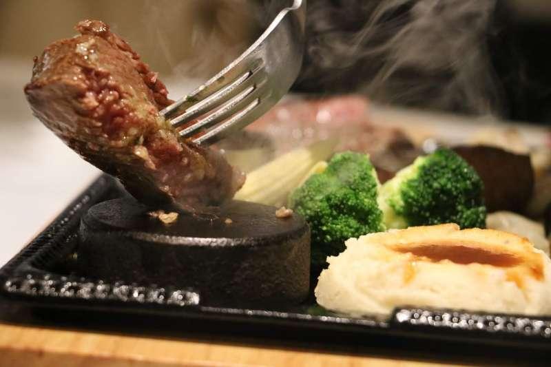 圖說:熱石讓消費者可以自行調節牛排熟度,但除此之外還有更多隱藏的體驗(攝影 / 風傳媒)
