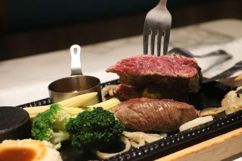圖說:廣受男性族群喜愛的美國安格斯牛肉,無論搭配大蒜燒肉醬或主廚麻辣醬都十分驚艷(攝影 / 風傳媒)