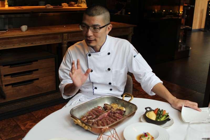 主廚吳慶鴻指出,選用牛油包覆肉品,內部發酵的同時,仍能使牛肉保有最原始的風味。(圖/風傳媒攝)