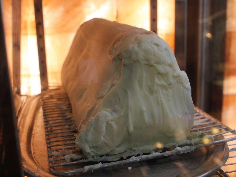圖說:TK Seafood &  Steak獨家的「油封」技術,以天然牛油混合香料層層淋上包覆,再放置於熟成室內。(圖/風傳媒攝)
