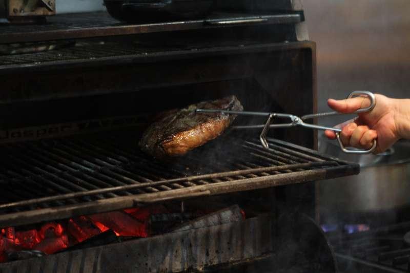 圖說:以西班牙國寶級烤箱 Josper 高溫烘烤,呈現外皮焦脆、內裡柔嫩的口感。(圖/風傳媒攝)