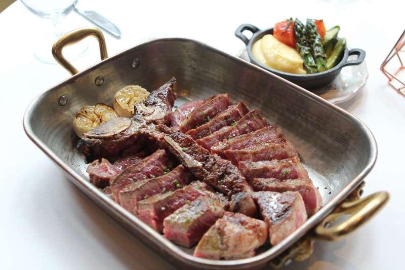 圖說:90天乾式熟成美國穀飼頂級丁骨牛排,能一次品嚐兩種部位,滿足饕客需求。(圖/風傳媒攝)