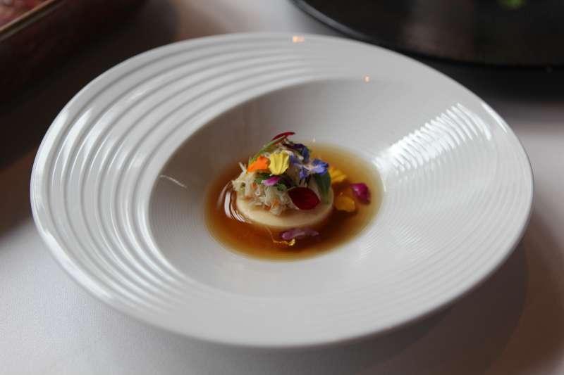 圖說:「手撥蟹肉蛋豆腐加上法式澄清湯」,用豆漿製作而成的豆腐加上蛋,再以蒸蛋的手法特製而成,品嚐時再淋上以雞高湯底與蔬菜萃出的澄清湯。(圖/風傳媒攝)