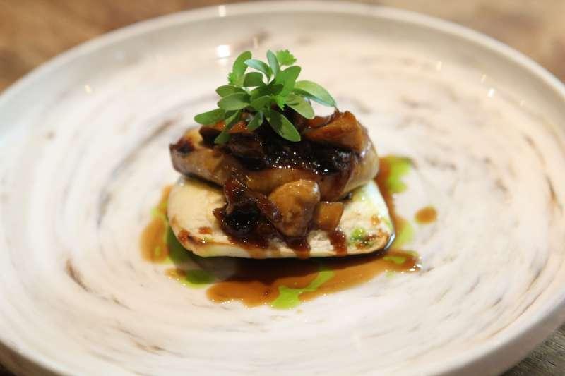圖說:「爐烤鴨肝茴香蘑菇刈包」,鴨肝同樣採用 Josper 烤箱炭烤的方式料理,相當考驗廚師的功力,與刈包的組合再撒上焦糖花生粉,更是令人驚喜。(圖/風傳媒攝)
