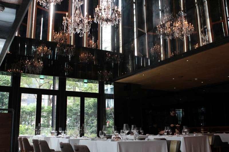 圖說: TK Seafood & Steak用餐空間由知名設計師陳瑞憲一手打造,以西班牙為主軸結合古典與現代風格。(圖/風傳媒攝)