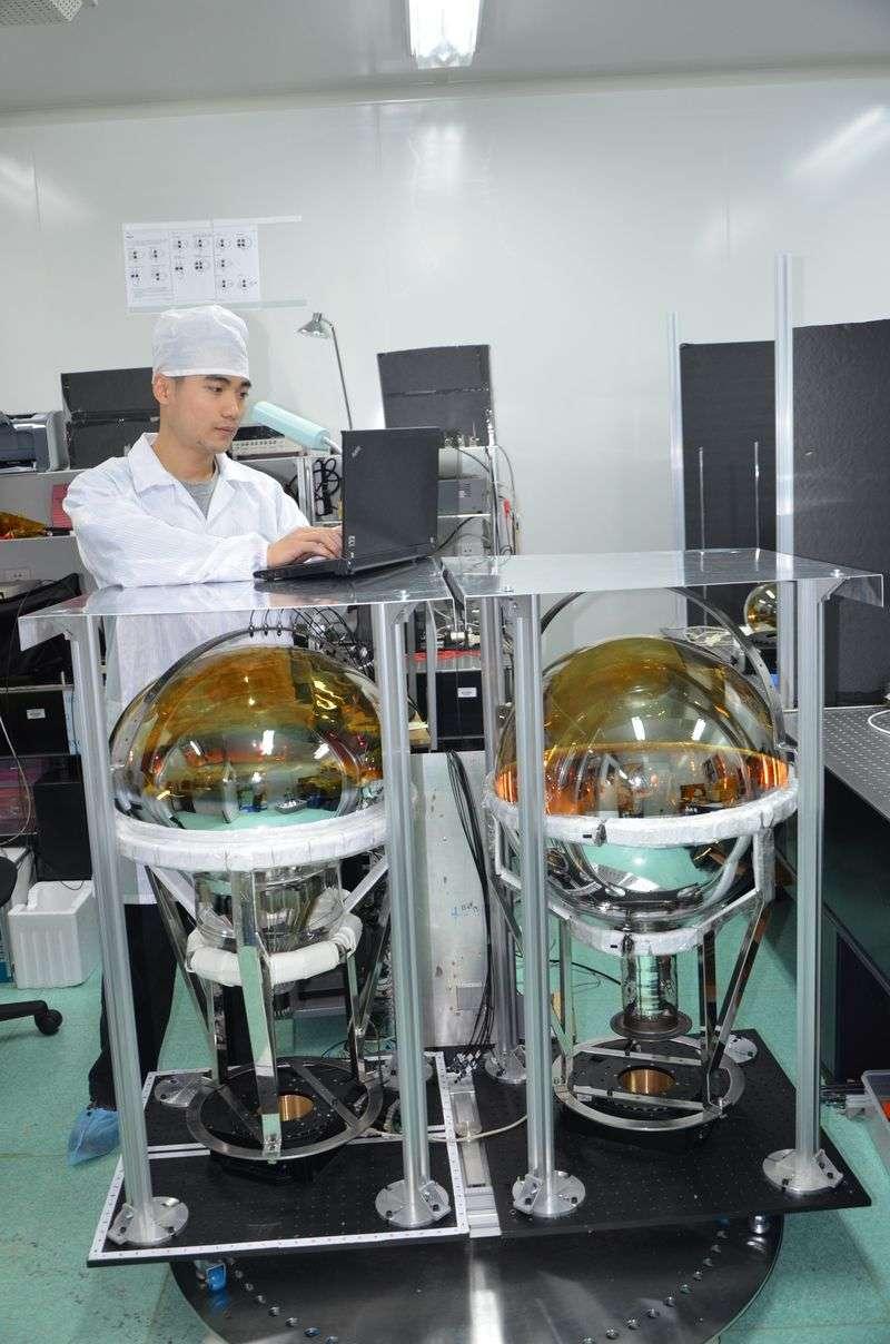 中國建造超大玻璃球,求解「幽靈粒子」之謎。科研人員正在測試光電倍增管性能。(新華社)