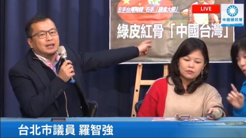 20191227-國民黨台北市議員羅智強(左)批評,民進黨若要貫徹「反滲透法」的公信力,就先把鄭宏輝拖出去斬首,先拿他做祭旗。(取自鄭正鈐臉書直播影片)