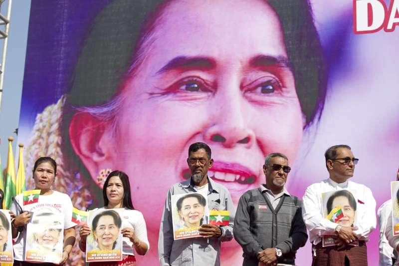 2019年12月10日,緬甸穆斯林社群領袖在仰光集會,拿著國家領導人翁山蘇姬的肖像祈禱(AP)
