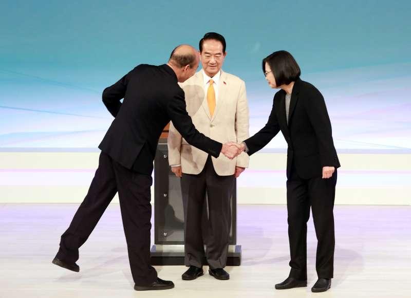 20191229-總統大選唯一1場電視辯論會29日下午登場。左起為國民黨總統候選人韓國瑜、親民黨總統候選人宋楚瑜、總統蔡英文。(台北市攝影記者聯誼會提供)