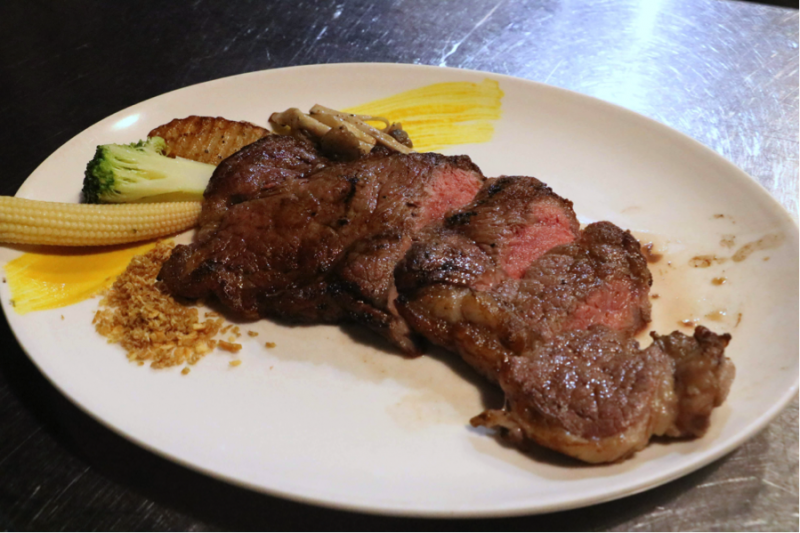 圖說:Prime等級的美國紐約客炭烤牛排,為了強調原汁原味的牛排肉質,當初在規劃的時候就沒有擺太多的副餐,能品嚐最原始的風味。(圖/風傳媒攝)