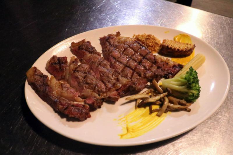 圖說:碳烤的鐵網在沙朗牛排上留下深痕烙印,牛花分布均勻,同樣也是店裡的熱門餐點。(圖/風傳媒攝)