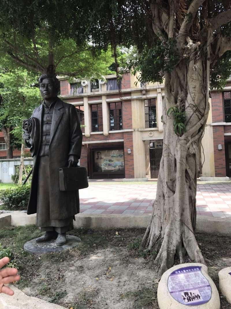為紀念「臺灣文化協會」創立90年,蔣渭水紀念公園內設置了由藝術家蒲浩明所塑造的蔣渭水紀念銅像。(圖/何志偉立委辦公室)