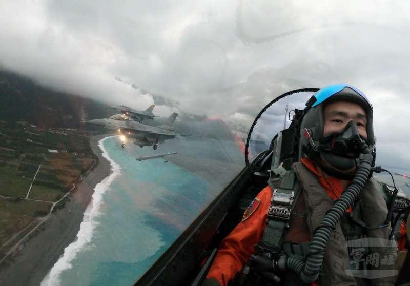 20191230-花蓮、新竹、屏東3地的元旦活動將有空軍三型主力戰機F-16、幻象2000、IDF經國號進行衝場。F-16飛越花蓮七星潭上空。(資料照,軍聞社)