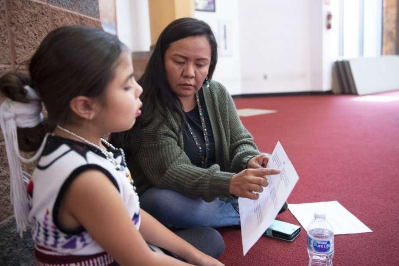2019年12月8日,卡崔娜(Katrina Begay ,右)帶著女兒珠兒( Drew Wilson )參加《鯊魚寶寶》納瓦霍語版本的試唱徵選(美聯社)