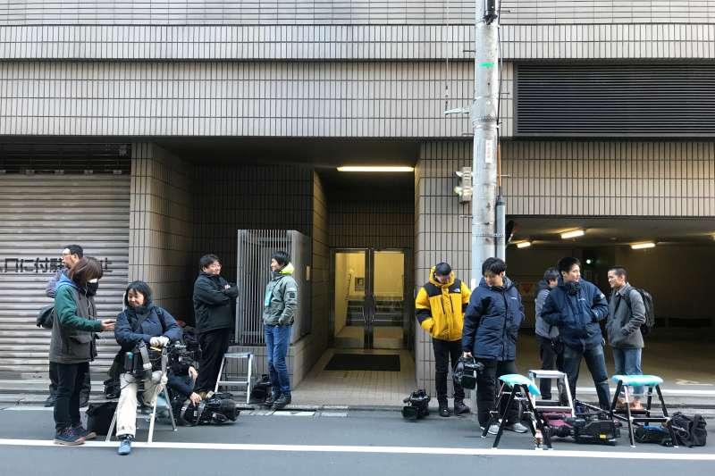 日產前董座戈恩潛逃出境震驚全日本,大批媒體守候在其辯護律師的住處。(AP)