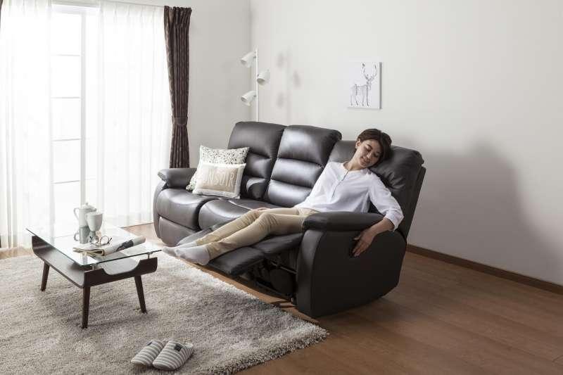 動可躺式沙發可以配合身體的姿勢進行無段式調整角度,讓腰部確實被支撐住、避免背部懸空而導致腰痠背痛。(圖/宜得利家居)