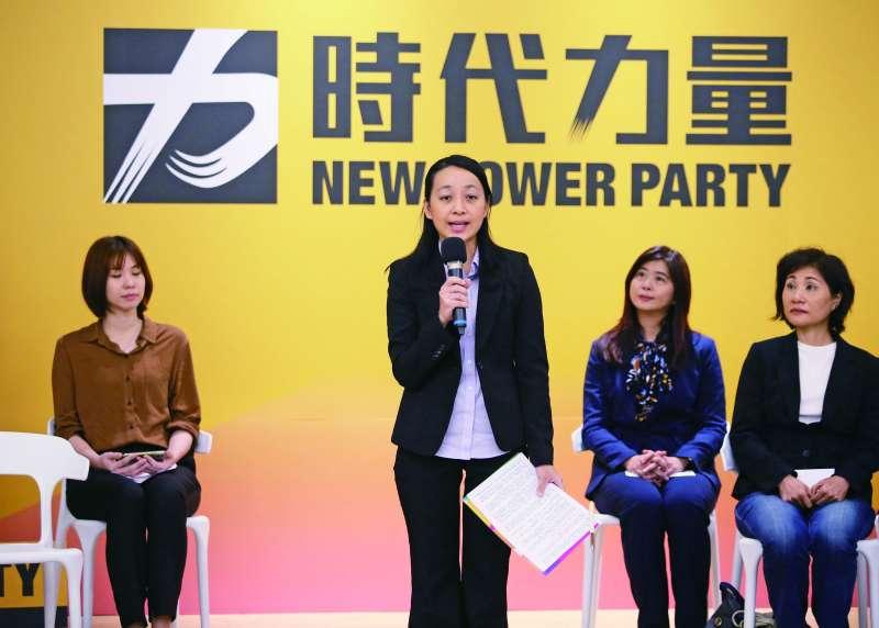 緊抓著講稿,王婉諭(左二)在記者會說明自己的參選決心。(柯承惠攝)
