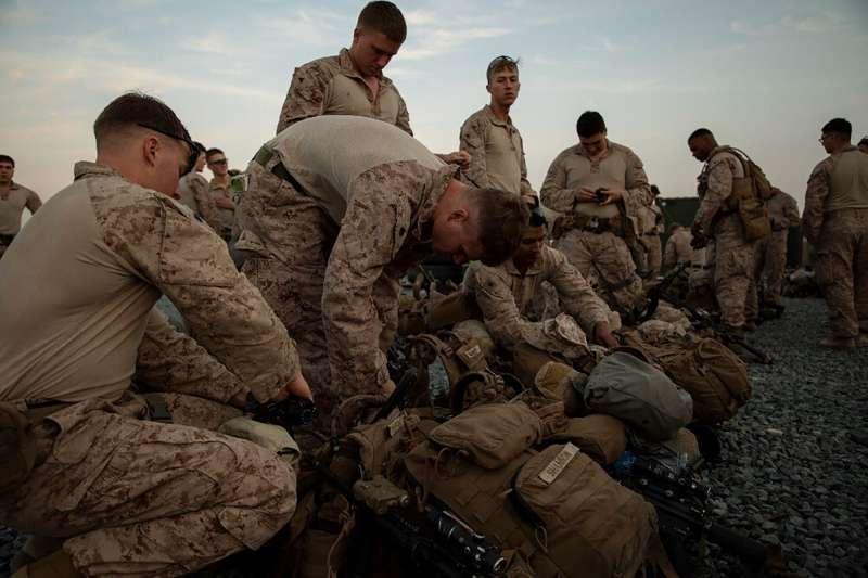 2019年12月31日,伊拉克抗議民眾包圍並攻擊美國駐伊拉克大使館,美軍增派750位士兵加強防禦。(AP)