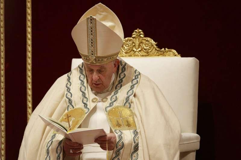 2019年12月31日,天主教宗方濟各在梵蒂岡主持晚禱。(AP)