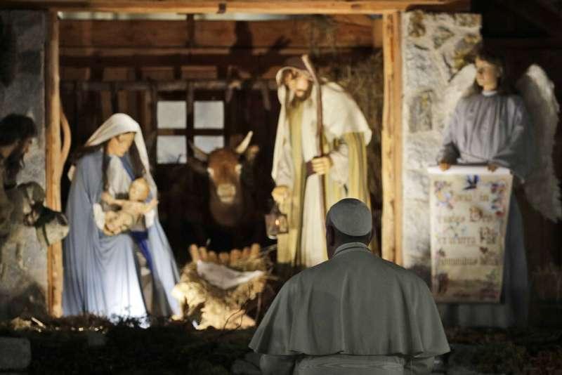 2019年12月31日,天主教宗方濟各在梵蒂岡參觀耶穌誕生造景。(AP)