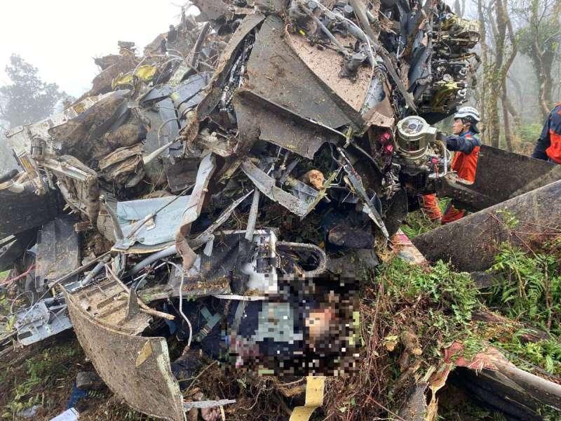 20200102-國軍2日傳出重大意外,一架黑鷹直升機於烏來山區失事,圖為現場照片。(新北市消防局提供)