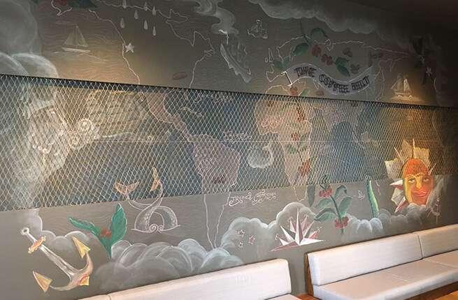 星巴克澎湖喜來登門是,牆面設計以「白鯨記」為故事發想背景。(圖/星巴克官網)