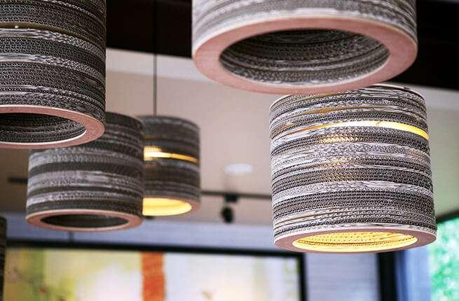 星巴克內湖民權門市,店內使用手作環保瓦楞紙燈具。(圖/星巴克官網)