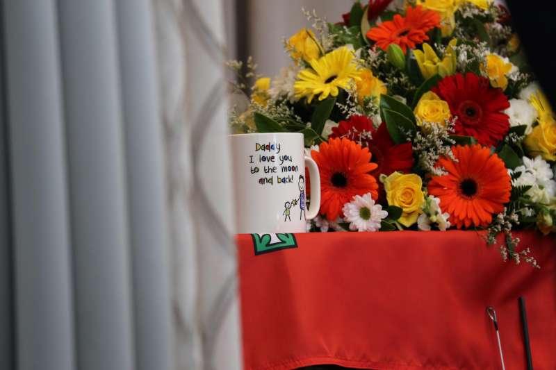 基頓的棺木上放著1個馬克杯,表述父子之愛。(取自新南威爾斯省RFS臉書)