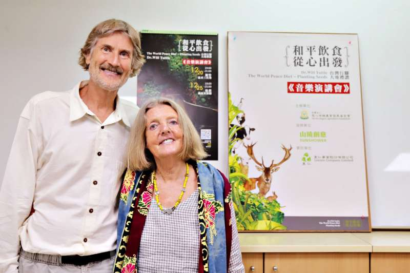 慈心基金會與里仁邀請國際蔬食倡議先驅威爾塔托博士來台。塔托博士與藝術家妻子梅德琳,長期巡迴全美宣導純素飲食的理想。(圖/里仁提供)