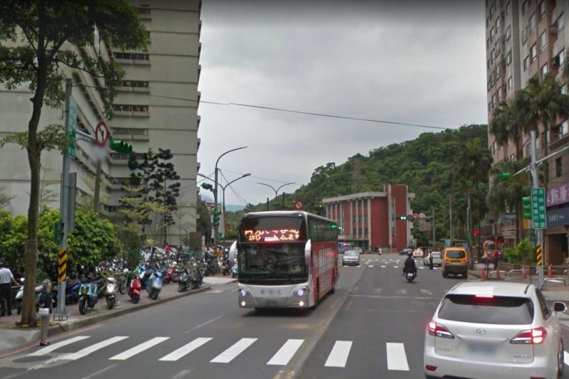 長庚醫院對面站牌有不少客運經過。(圖/取自Google街景)