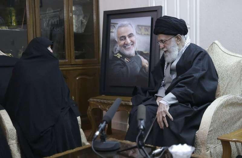 伊朗特種部隊「聖城軍」司令蘇萊曼尼遭美軍擊斃,伊朗最高精神領袖哈米尼(Ayatollah Ali Khamenei)慰問家屬。(AP)
