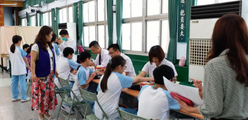 20200104-崇光女中將在109學年度全面改制為男女兼收。圖為該校學生進行健康檢查。(取自崇光女中網站)