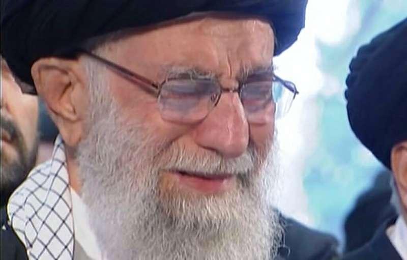 伊朗最高領袖哈米尼為蘇萊曼尼之死哭泣。(美聯社)