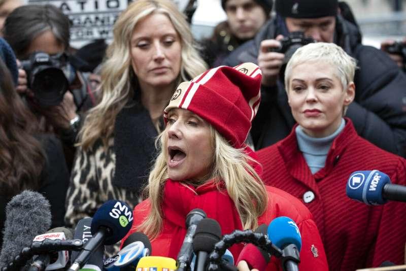 指無辜女性、逍遙法外30餘年後,好萊塢製片人溫斯坦1月6日迎來眾所矚目的司法審判。受害女星羅珊娜艾奎特赴法院外抗議。(AP)