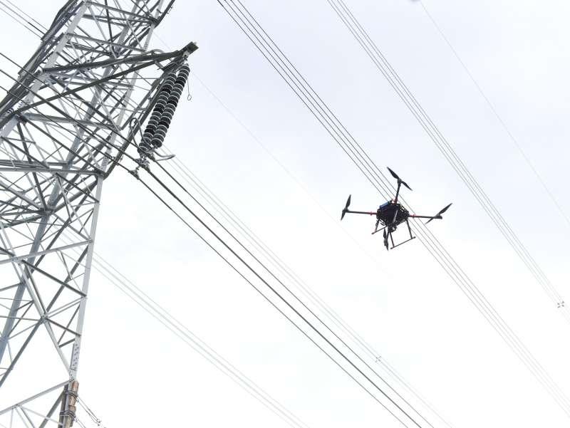 金屬中心無人飛行載具與台電合作,以實際場域進行高壓電塔巡檢測試。(圖/徐炳文攝)