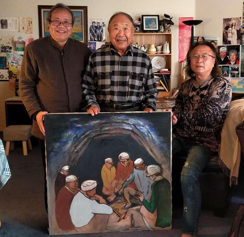 20200107-台灣美術史學者蕭瓊瑞(左)去年12月前往洪瑞麟長子洪鈞雄(中)住處檢視作品狀況。(文化部提供)