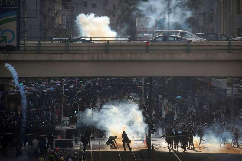 11月2日,香港蒙面示威者對抗警察和催淚瓦斯。 (AP)