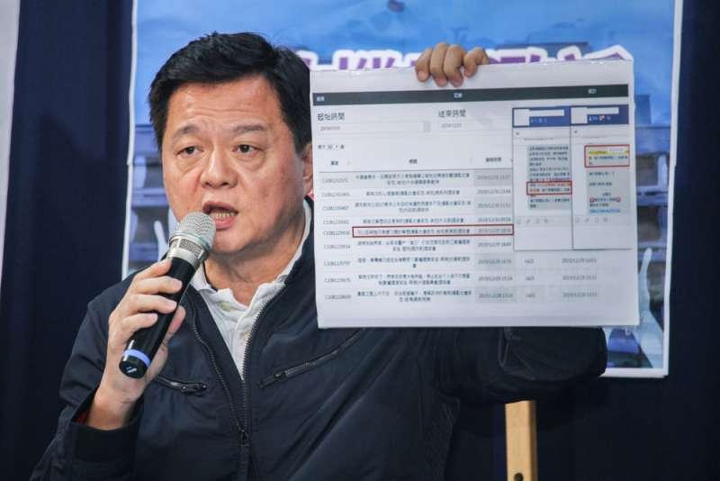 周錫瑋與被「查水表」的民眾召開記者會痛批綠營。(蔡親傑攝)