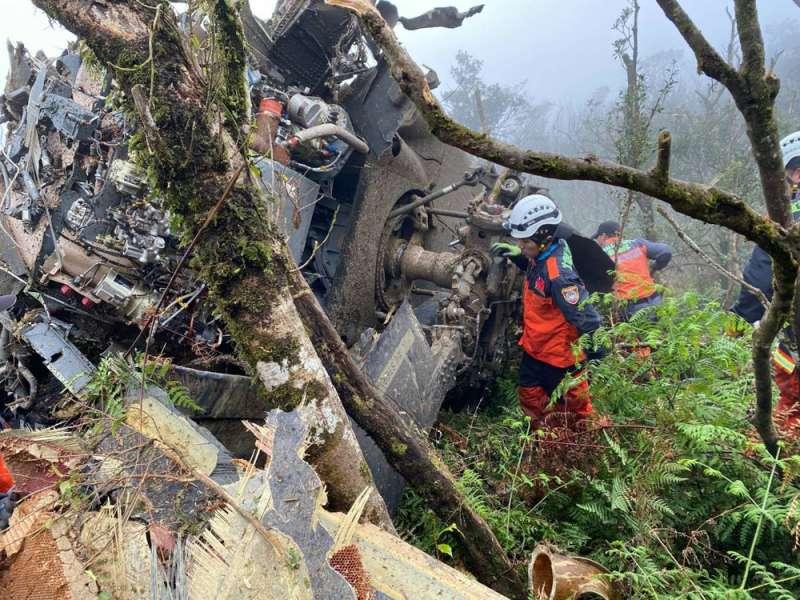 黑鷹直升機在烏來山區墜毀,釀成參謀總長沈一鳴等8人罹難、5人受傷慘劇。(宜蘭縣消防局提供)